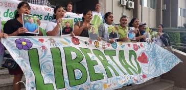 Angehörige demonstrieren für die Freilassung der acht inhaftierten Umweltaktivisten aus Guapinol, Honduras