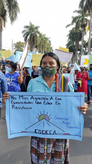 """""""Schluss mit den Aggressionen gegen widerständige Gemeinden"""", fordert diese Demonstrantin"""