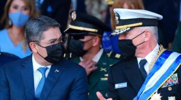 """Galt bislang als """"zuverlässiger Partner der USA"""": Präsident Hernández, hier mit dem Chef des US-Südkommandos, Craig Faller"""