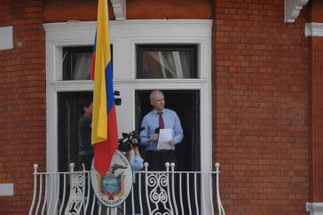 Julian Assange spricht 2012 vom Balkon der ecuadorianischen Botschaft in London