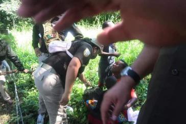 Eine Geflüchtete aus Haiti und ihre beiden Kinder werden in Tapachula festgenommen