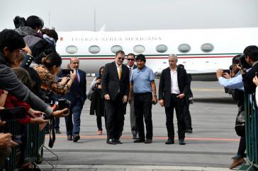 Evo Morales und sein Vize Álvaro García Linera wurden bei ihrer Ankunft in Mexiko von Außenminister Marcelo Ebrard empfangen