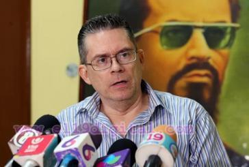 Der Sekretär für Internationale Beziehungen der FSLN, Carlos Fonseca Terán. Im Hintergrund ein Bild seines Vaters