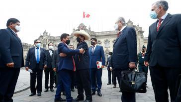 Präsident Pedro Castillo (Mitte rechts) und sein Kabinettschef Guido Bellido (Mitte links)