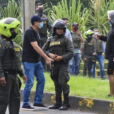Zivilisten und Polizeikräfte mit Waffen