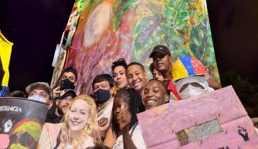 Sprößer mit Widerständler:innen am Monument des Widerstands in Cali