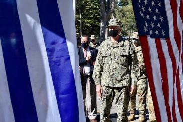 """In Uruguay besuchte Faller auch eine Kaserne und besichtigte militärische Ausrüstung, die von der US-Regierung """"gespendet"""" wurde"""