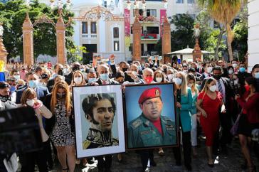 Mit der chavistischen Mehrheit zogen auch die Bilder von Simón Bolívar und Hugo Chávez wieder in das Parlament ein. Die Opposition hatte sie am ersten Tag der Legislatur 2016 entfernt
