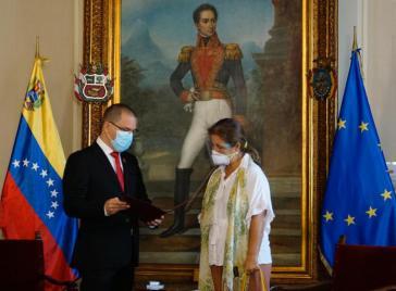 Außenminister Jorge Arreaza übergibt EU-Botschafterin Isabel Brilhante Pedrosa das Dokument über ihre Ausweisung