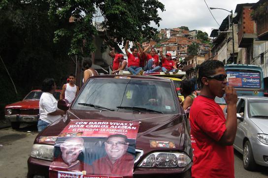 Aktivisten der PSUV fahren mit Lautsprecherwagen durch El Paraiso