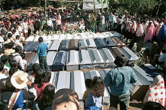 Begräbnis in Acteal nach dem Massaker