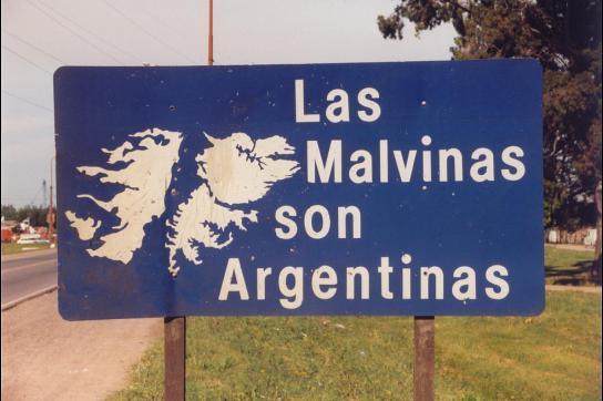 """Schild mit Umriss der Malwinen und Aufschrift: """"Die Malvinen sind argentinisch!"""""""