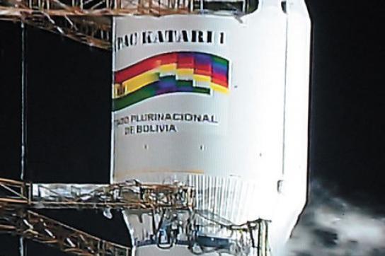 """Trägerrakete mit Boliviens Wappen und Satellitenname """"Túpac Katari""""."""