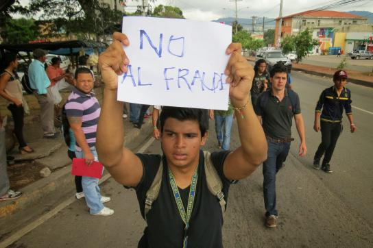 """Demonstrant mit Plakat: """"Nein zum Wahlbetrug"""""""