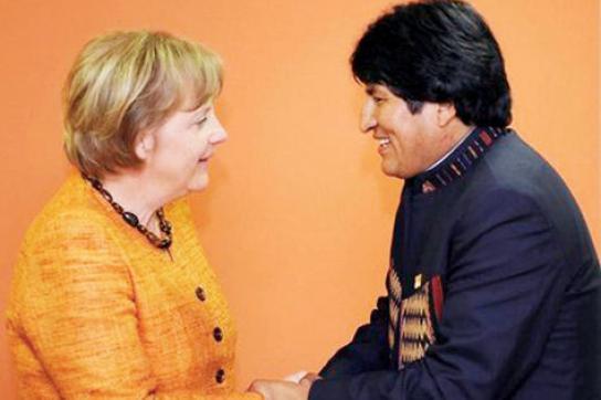Morales und Merkel beim EU-CELAC-Gipfel in Chile Januar 2013.