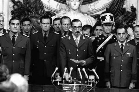 General Videla bei seinem Amtseid 1976