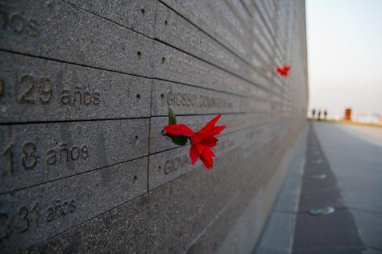 """Namen und Daten von Opfern der Diktatur in Argentinien im """"Park der Erinnerung"""""""