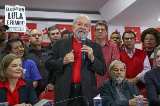 Lula da Silva steht im Sitz seiner Partei in São Paulo, Brasilien, Rede und Antw
