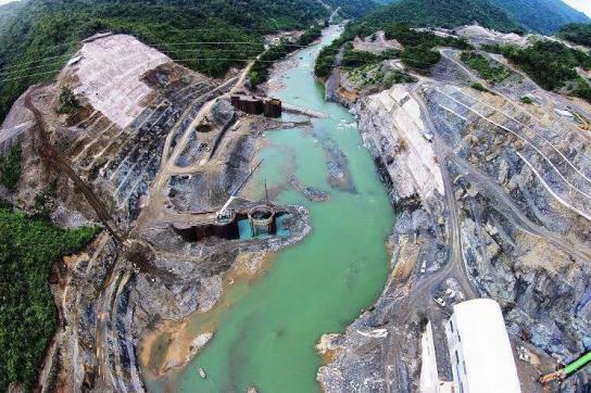 Eines der beiden Wasserkraftwerke am Fluss Cahabón in Guatemala