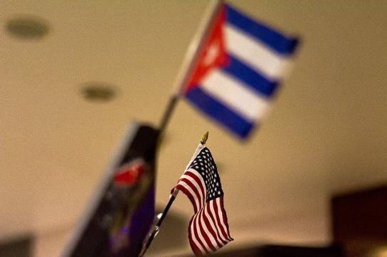 Fahnen von USA und Kuba – die Annäherung ist unter Trump erst einmal gestoppt