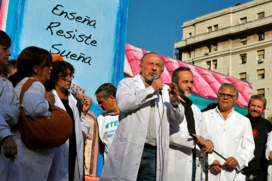 Protest des Lehrpersonals vor dem Nationalkongress in Buenos Aires, Argentinien