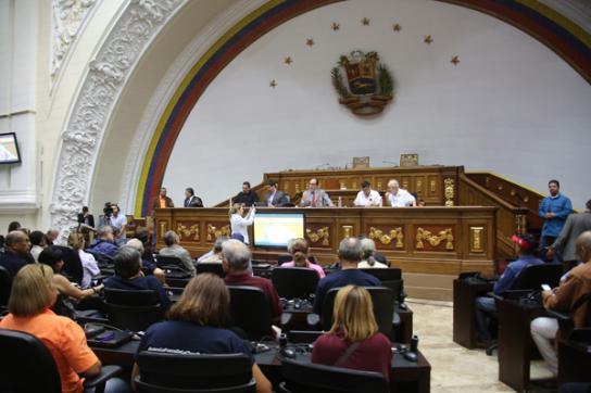 Nationalversammlung in Venezuela. Auf dem Podium vorne der umstrittene Parlament