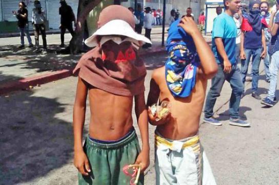 Kinder bei Protesten der Opposition in Venezuela