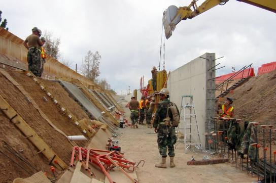 US-Marinesoldaten beim Bau der Grenzmauer in Douglas, Arizona