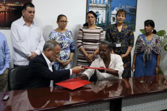 Unterzeichnugn des Vertrages über den ersten Export eines kubanischen Produktes