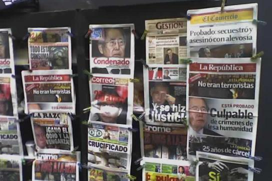 Titelseiten peruanischer Zeitungen zur Verurteilung Fujimoris 2009
